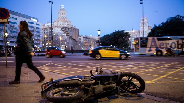 Una motocicleta caía en el suelo de la Pl.Catalunya de Barcelona, a causa del fuerte viento