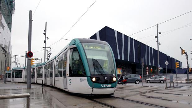 Tranvía a su paso por el edificio del Fórum de Barcelona