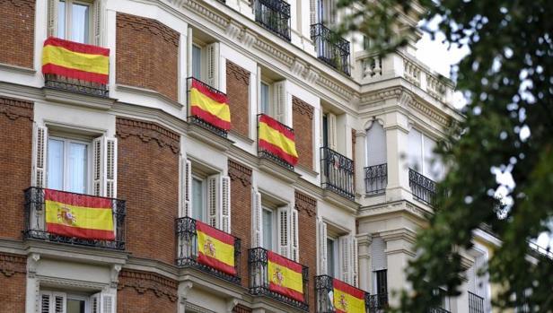 Banderas de España adornando balcones en Madrid