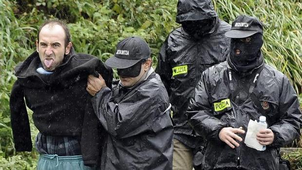 Ibon Iparragirre, custodiado por agentes en Ondarroa en enero de 2010