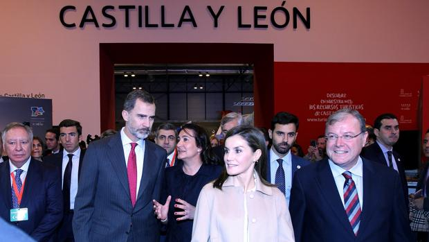 Los reyes visitan el stand de Castilla y León, durante la inauguración de Fitur 2018