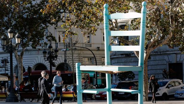 Imagen de una silla gigante instalada por la Conselleria de Mónica Oltra en la plaza del Ayuntamiento de Valencia