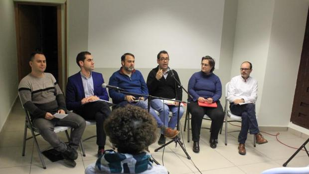 De izquierda a derecha: David Llorente (Podemos), Julio Comendador (Ciudadanos), Javier Mateo (moderador y concejal de Ganemos en Toledo), Juan Ramón Crespo (IU), María del Carmen González (docente y activista) y Pedro Manuel Soriano (PCAS)