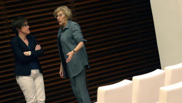 La portavoz del PSOE, Purificación Causapié, habla con la alcaldesa Manuela Carmena