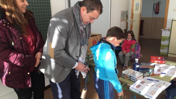 El alcalde ha repartido esta semana cencerros en el colegio para que los niños vistan de «sanantones»