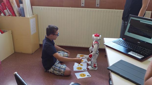 Un alumno del CEIP Gonzalo de Berceo y el robot García