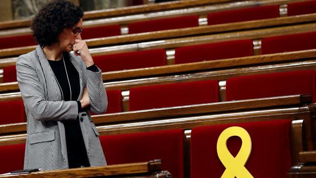 Marta Rovira mira el escaño vacío de Puigdemont