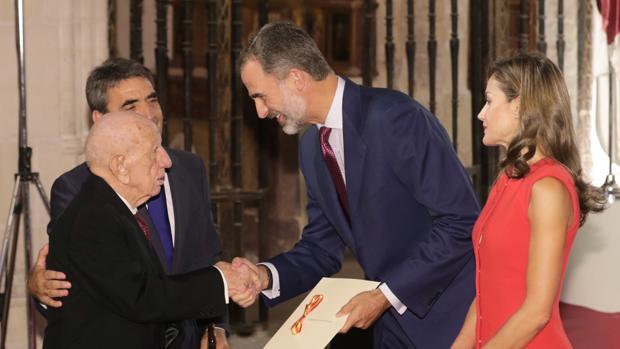 Los Reyes, durante su última visita a la región, entregan el Premio Nacional de Cultura 2016 al ganadero Victorino Martín