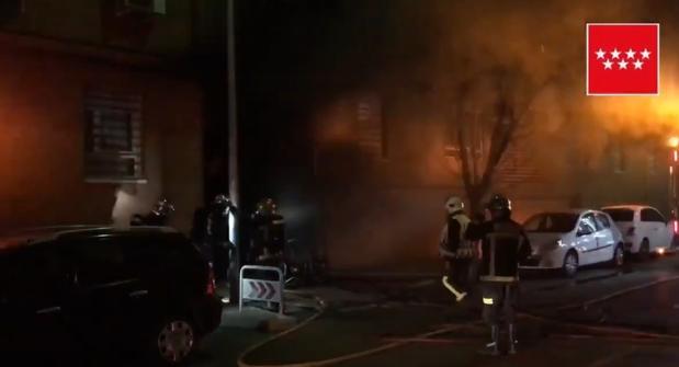 La intervención de los bomberos, anoche, en el bloque de viviendas afectadas por el fuego en Pinto