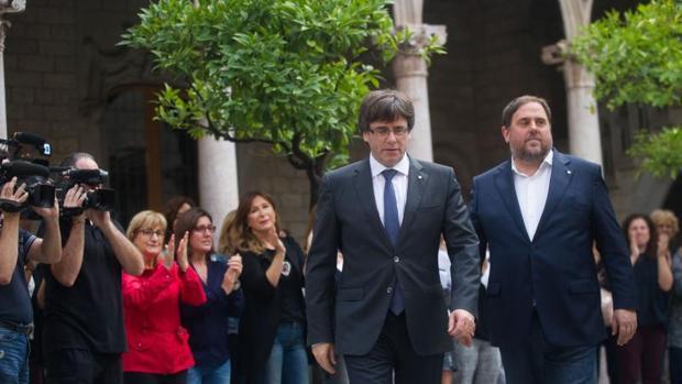 Puigdemont y Junqueras entran a la reunión extraordinaria del Govern tras la consulta ilegal del 1-O