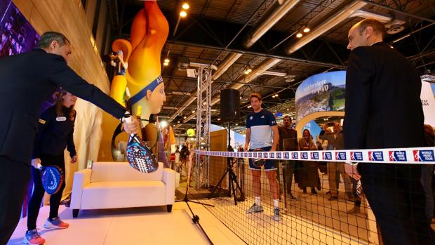 El presidente de la Diputación y el alcalde de Alicante juegan a pádel durante la presentación del torneo en Fitur