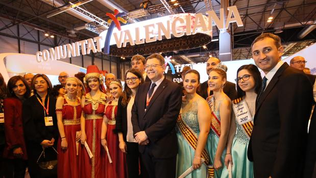 César Sánchez (derecha), con el presidente de la Generalitat, Ximo Puig, y representantes festeras en el estand de la Comunidad Valenciana en Fitur, este jueves