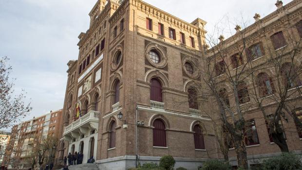 Fachada principal del colegio San Ramón y San Antonio, donde está la parroquia