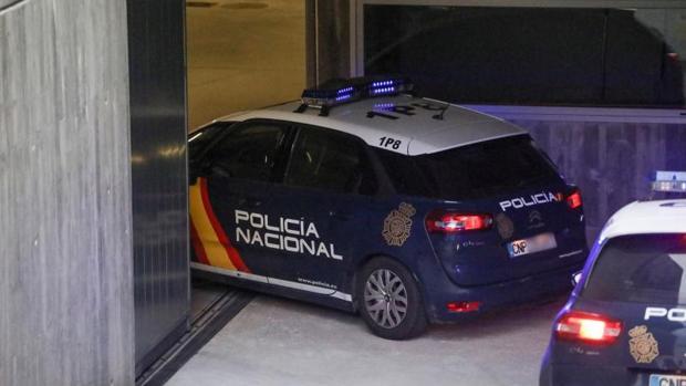 Los dos policías a su llegada al juzgado de Orense en el interior de un vehículo policial