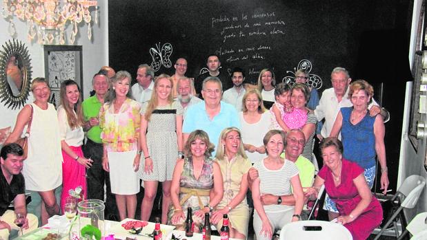 El doctor Teullet, en la fiesta de su jubilación en 2016 con su familia y amigos
