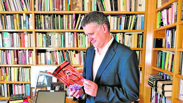 Molina, con un ejemplar de su última novela