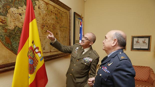 El Jemad muestra a su homólogo británico el mapa Juan de la Cosa