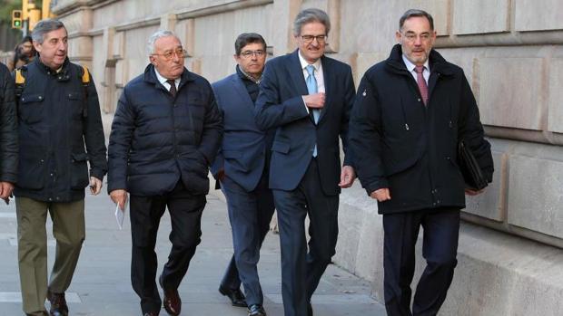 Los directivos de Ferrovial, Juan Elizaga (3d), y Pedro Bonaventura (2d), el pasado día 15