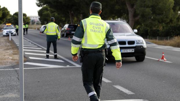 Agentes de la Guardia Civil realizando un control