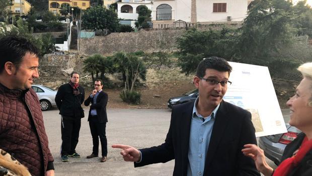 El president de la Diputació, Jorge Rodríguez, durant la seua visita a la urbanització Monterrei de Real de Gandia