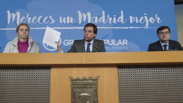 El portavoz del PP, José Luis Martínez-Almeida, junto los ediles del PP Inma Sanz y Álvaro González