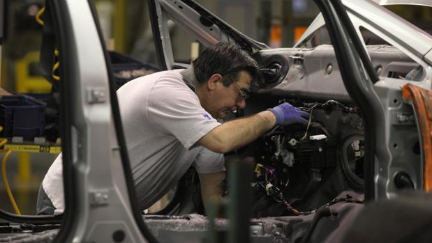 Cadena de montaje de coches de Opel en su fábrica de Figueruelas