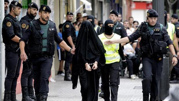 Momento de la detención de la joven marroquí en Gandia (Valencia)