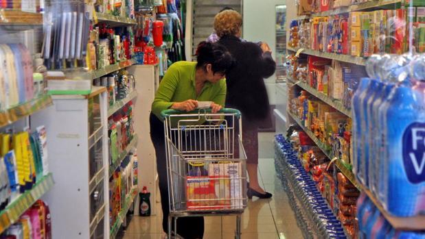 Dos clientas compran en el interior de un supermercado