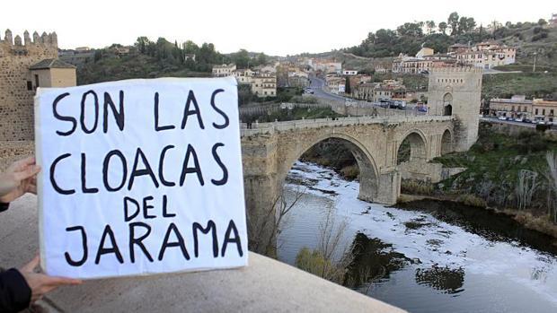 Protesta por el estado del río Tajo en el puente de San Martín