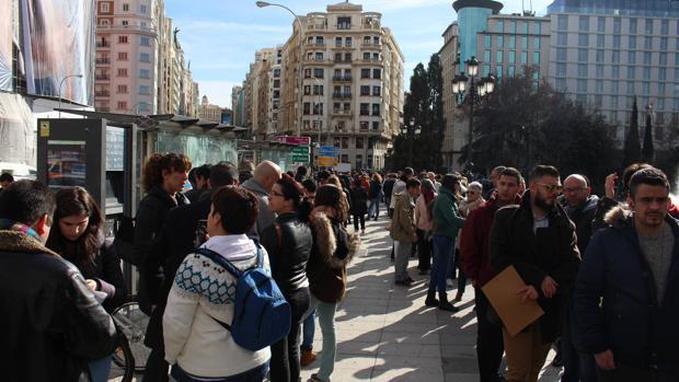 Cientos de personas esperan en la plaza de España para entregar su CV