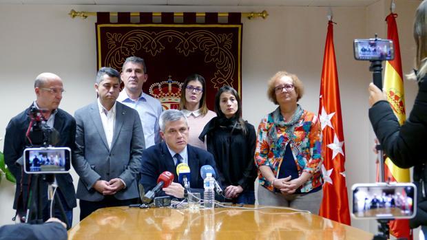 David Lucas anuncia su dimisión como alcalde de Móstoles rodeado de sus seis concejales del PSOE