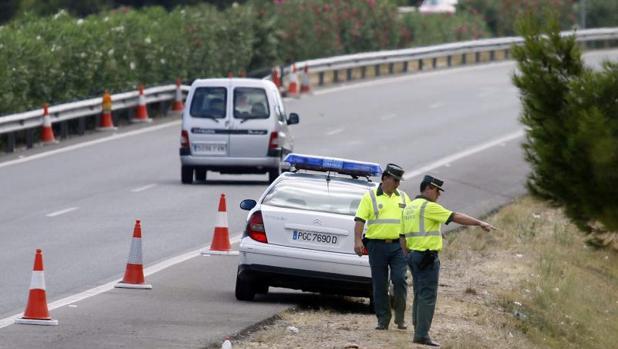 Efectivos de la Guardia Civil durante una intervención en la autopista AP-7 en Castellón