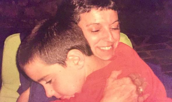 Karmen Amezu abraza a su hijo Jon Bárcena