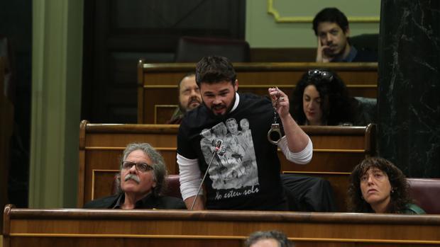Gabriel Rufián, mostrando unas esposas ante el Congreso