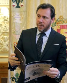 El alcalde de Valladolid, Óscar Puente, presenta el facsímil del número especial de «Blanco y negro». Junto a él, el director del diario El Norte de Castilla, Carlos Aganzo