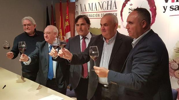 Carlos David Bonilla (en el centro de la imagen), nuevo presidente de la DO La Mancha