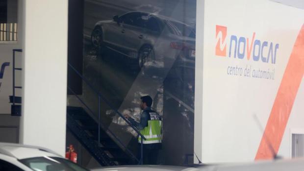 Inspección policial en el concesionario de automóviles donde se produjo el crimen