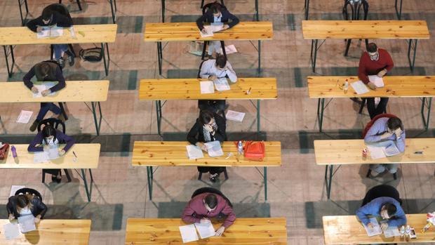 Opositores realizan en un examen en Silleda (Pontevedra)