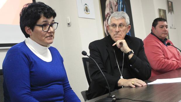 Don Braulio escucha muy atento el testimonio de Cecilia Catalá