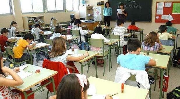 Imagen de archivo de niños en clase