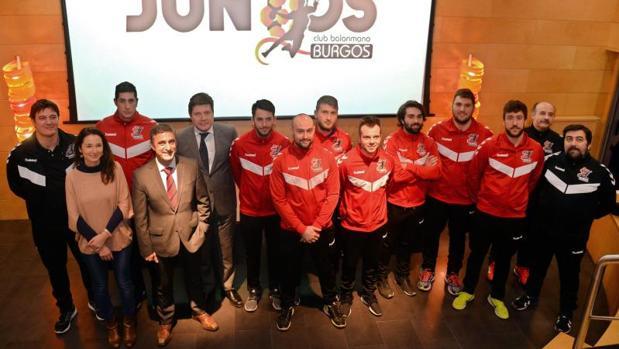 El equipo de balonmano de Burgos durante la presentación del programa «Juntos»