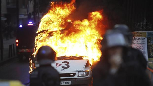 Una unidad de TV3 arde durante los disturbios de Can Vies en mayo de 214