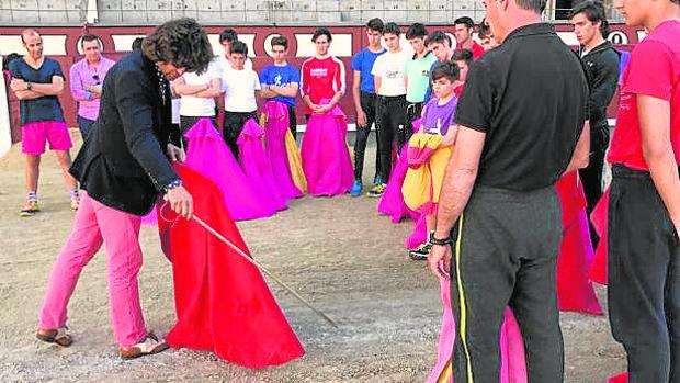 """Morante, dando unos pases ante los alumnos de la Escuela de Tauromaquia """"Yiyo"""", en la Plaza de Las Ventas"""