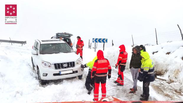 Efectivos de Bomberos asisten a un conductor con problemas por la nieve en Castellón