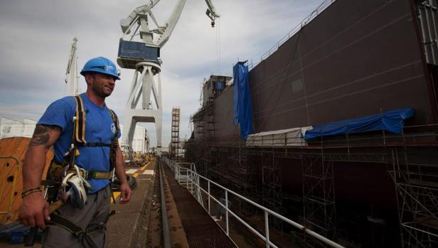 Un operario en las gradas de los astilleros de la empresa pública Navantia en Ferrol