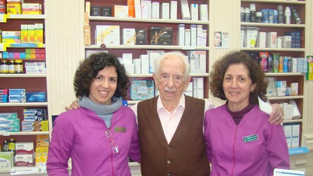 El farmacéutico Juan de la Serna con su hija Paloma (a su derecha) y su nieta Beatriz