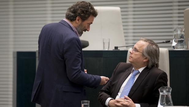 Antonio Miguel Carmona (sentado) departe con Mauricio Valiente en el Pleno de Cibeles del pasado abril