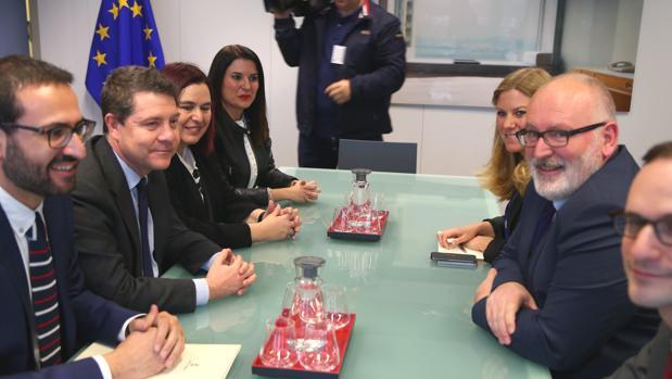 Sergio Gutiérrez y García-Page, con las consejeras extremeñas, frente al vicepresidente de la Comisión Europea, Frans Timmermans