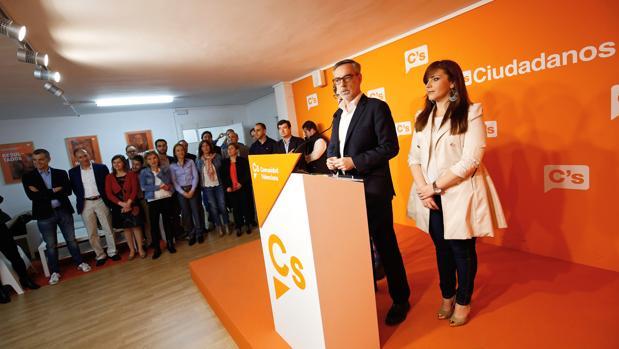 Imagen de archivo del secretario general de Ciudadanos, José Manuel Villegas, junto a la portavoz en las Cortes, Mari Carmen Sánchez, y varios cargos del partido