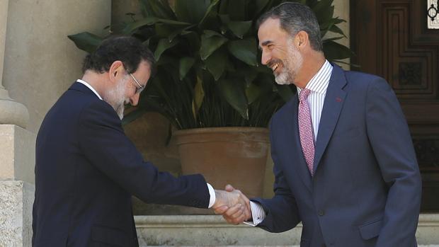 El presidente del Gobierno, Mariano Rajoy, con el Rey